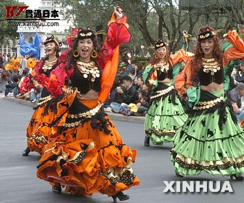 """10月25日,在东京迪斯尼乐园,演员进行迎""""万圣节""""表演。""""万圣节""""将至,东京迪斯尼乐园开始举行""""万圣节""""巡游活动,吸引了众多游客。新华社记者马平摄"""