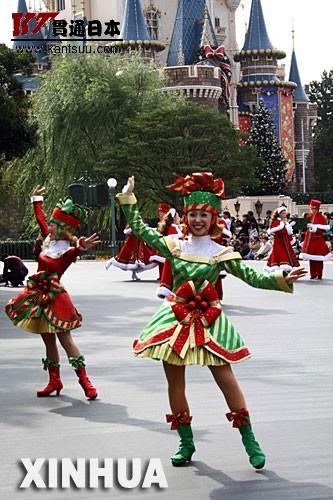 """东京迪斯尼乐园举行""""圣诞梦大游行"""" 11月7日,日本东京迪斯尼乐园举行""""圣诞梦大游行"""",从而拉开了该乐园为期一个半月的圣诞特别活动的序幕。 新华社记者钱铮摄"""