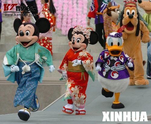 东京迪斯尼和服秀 1月1日,在日本东京迪斯尼乐园,穿着和服的米老鼠和唐老鸭向游客恭贺新年。2006年第一天,东京迪斯尼乐园内的卡通人物纷纷穿上日本传统的和服,吸引了众多游客。 新华社记者马平摄
