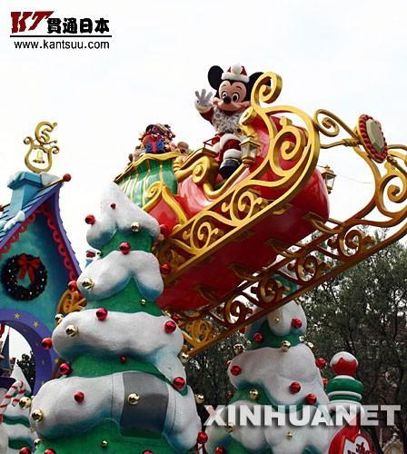 11月7日,装扮成圣诞老人的卡通人物米奇在日本东京迪尼斯乐园的圣诞花车游行中向游客致意。11月7日至12月25日,东京迪斯尼乐园进入了一年内最热闹的圣诞季,各种特别庆典活动将在此期间轮番举行。 新华社记者钱铮摄
