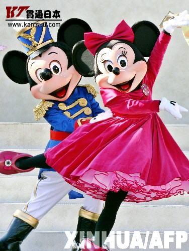米老鼠迎圣诞 11月7日,日本东京迪斯尼乐园的米老鼠在表演冰上芭蕾《胡桃夹子》。东京迪斯尼乐园的迎圣诞演出已经开始,表演将持续到圣诞夜。 新华社/法新
