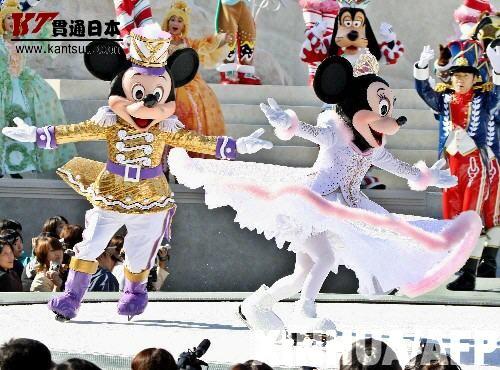 11月7日,日本东京迪斯尼乐园的米老鼠在表演冰上芭蕾《胡桃夹子》。
