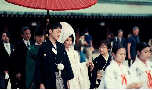 图为:日本人的婚礼,日本传统婚礼仪式大致分为神前式,教会式,佛前式,人前式四种。