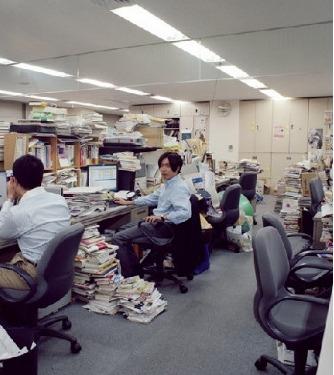 图为:人们正在忙忙碌碌的工作。
