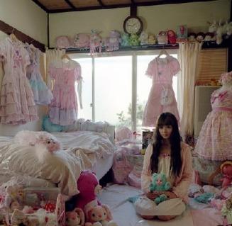"""图为:女孩的闺房。估计这位女孩心里住着""""小公举,这一房间的粉色系。"""